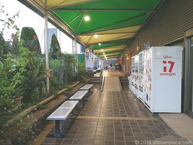 渋谷東急本店屋上庭園入口前のベンチ
