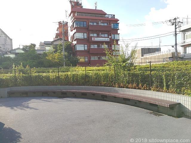 田端文士村記念館前のラウンド型ベンチ江戸坂方面