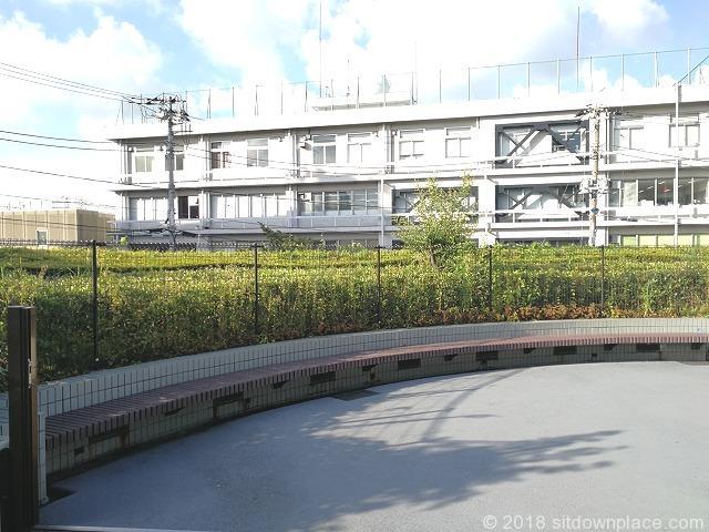 田端文士村記念館前のラウンド型ベンチ新幹線車両センター側