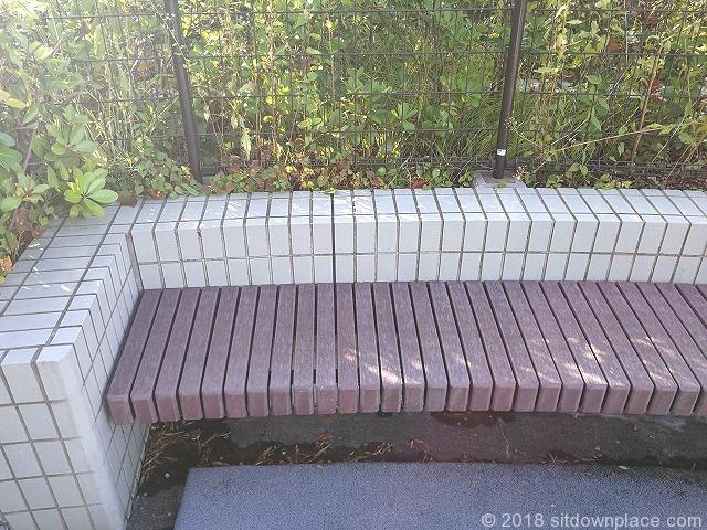 田端文士村記念館前のラウンド型ベンチの詳細