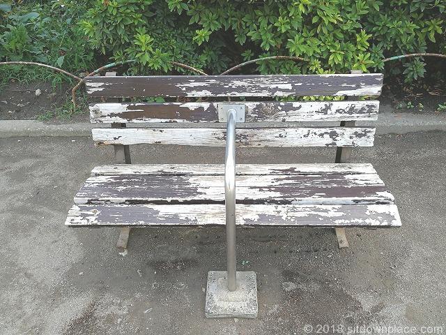 東田端公園の木製ベンチ