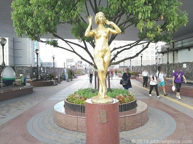 田端ふれあい橋の金の銅像