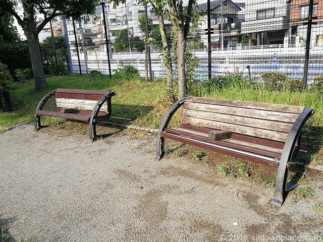 童橋公園の座れる休憩場所