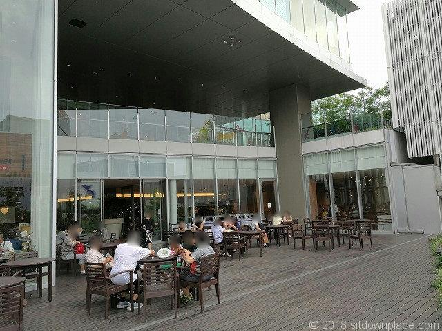 銀座三越9Fテラスガーデンの軒下のテーブル席