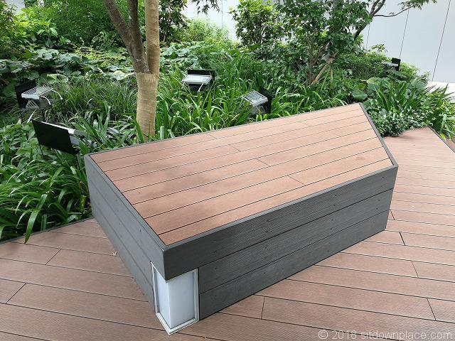 銀座シックス屋上庭園の腰掛できる段差