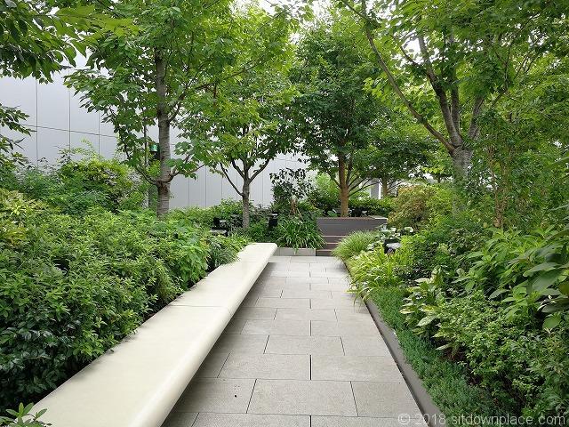 銀座シックス屋上庭園の長いベンチ