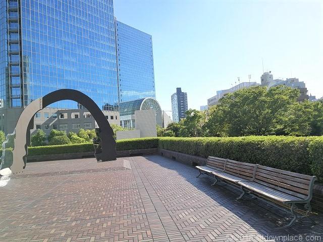 浜松町ビルディング2Fデッキの座れる休憩場所