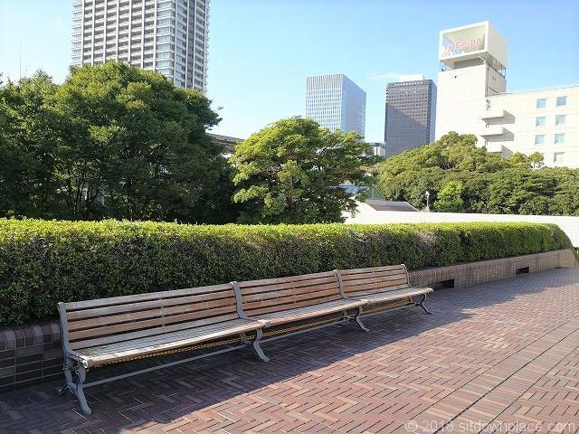 浜松町ビルディング2Fデッキの木製ベンチ