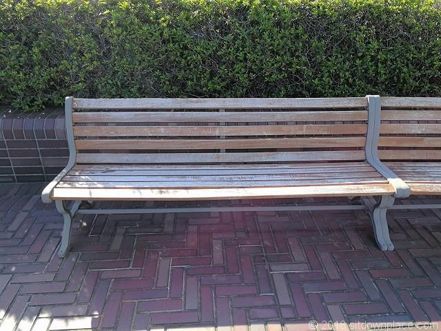 浜松町ビルディング2Fデッキの木製ベンチ詳細