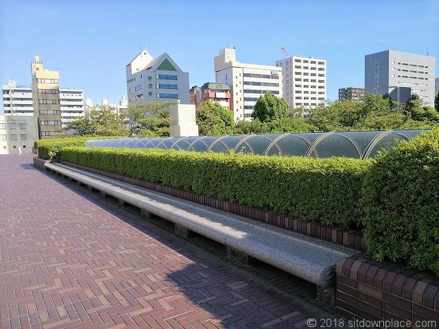 浜松町ビルディング2Fデッキの石材ベンチ