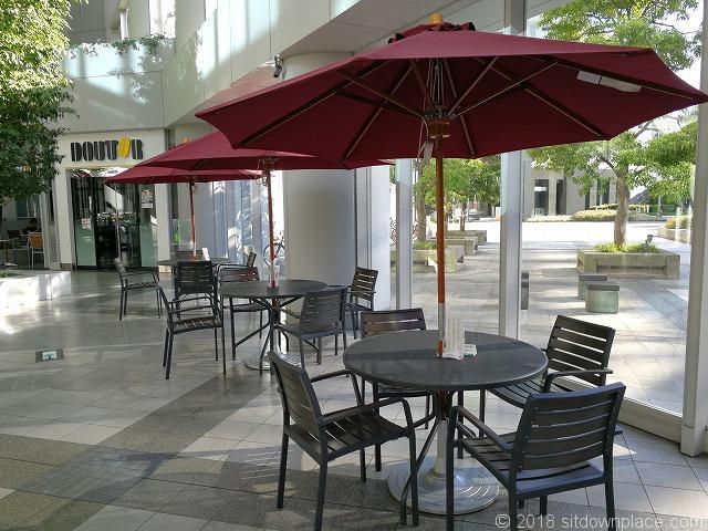 シーバンスア・モール入口付近のパラソル付テーブル席
