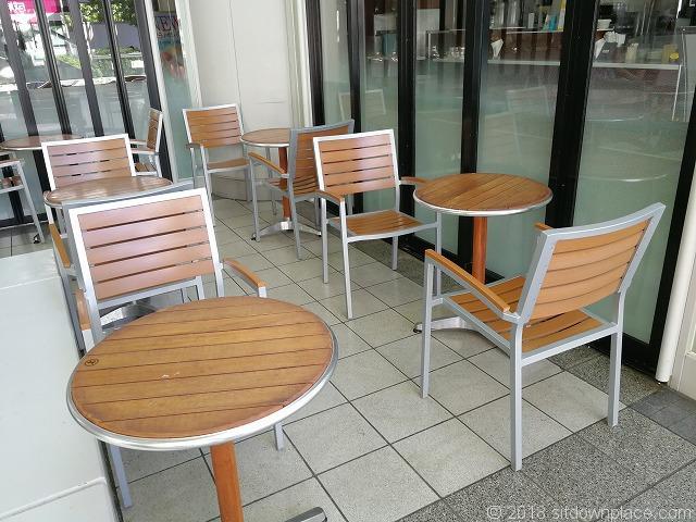 シーバンスア・モールドトール横のテーブル席