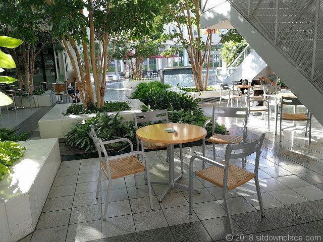 シーバンスア・モール階段付近のテーブル席