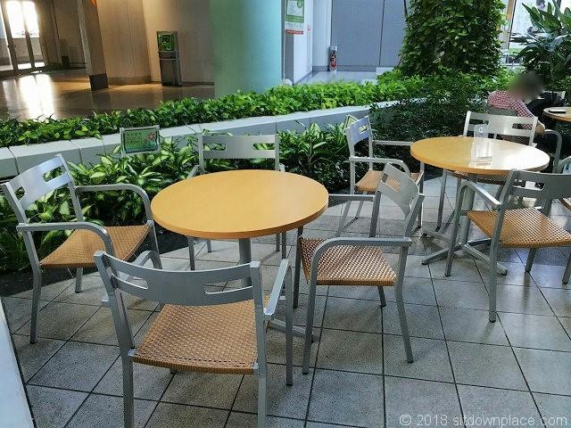 シーバンスア・モールの水の広場側のテーブル席