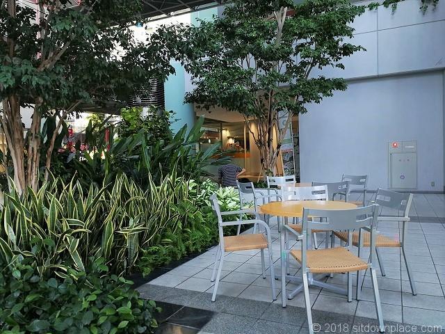シーバンスア・モールの樹木付近のテーブル席