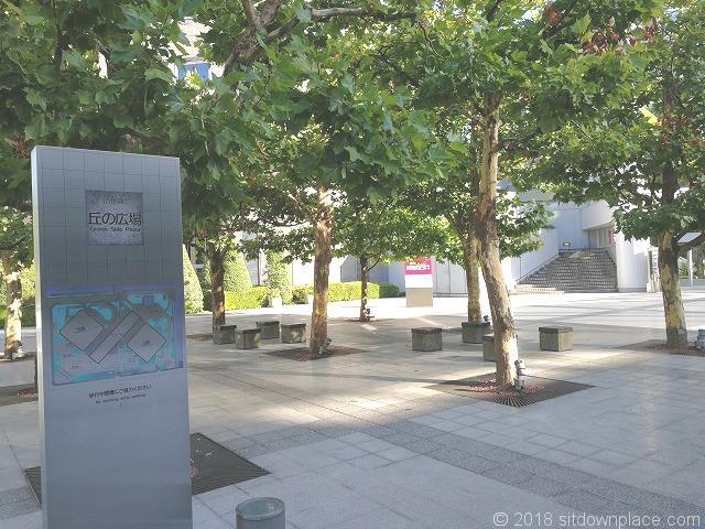 シーバンス公開空地のベンチ