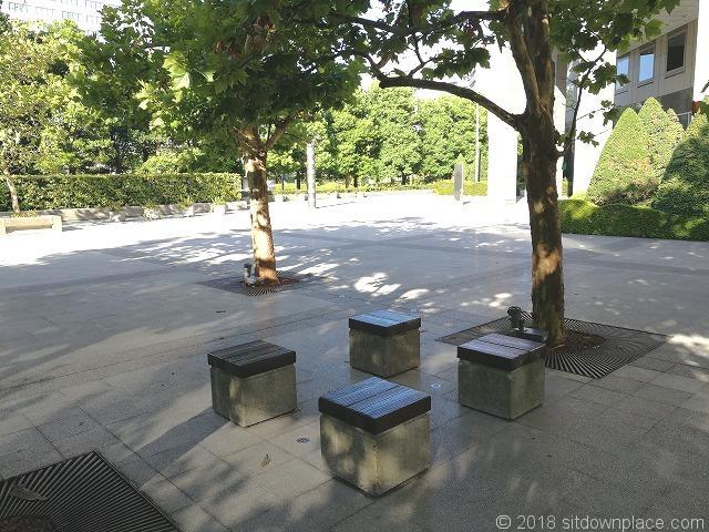 丘の広場の腰掛ベンチ