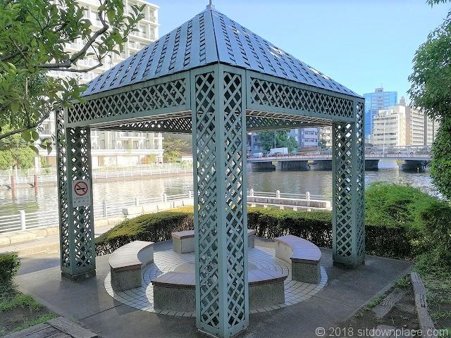 芝浦運河沿緑地の座れる休憩場所