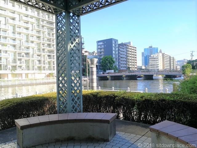 芝浦運河沿緑地のベンチ