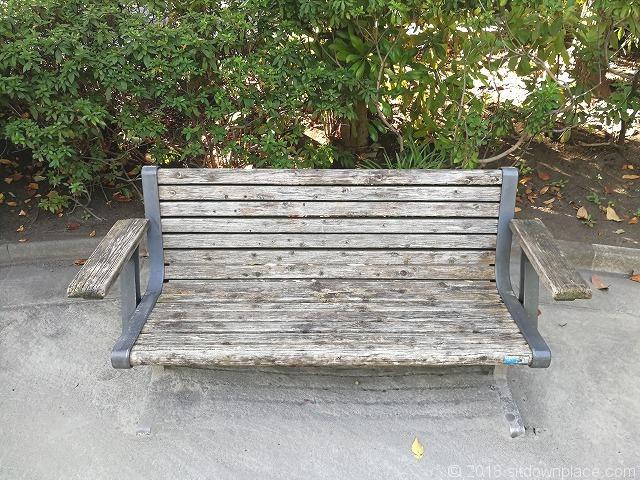 新浜公園の木製ベンチ