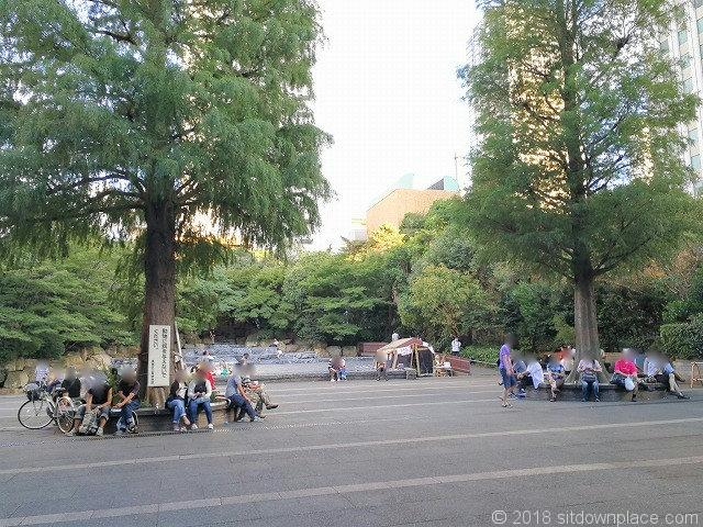 東口池袋中央公園のベンチ