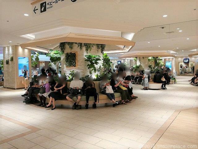 サンシャイン2F噴水広場の座れる休憩場所