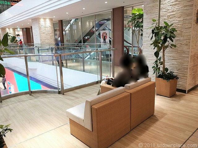 サンシャイン2F噴水広場のソファ