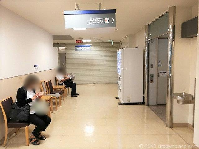 東武4パーキング2連絡通路の座れる休憩場所