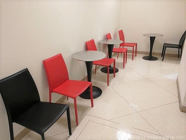 東急2F1号階段付近のテーブル席