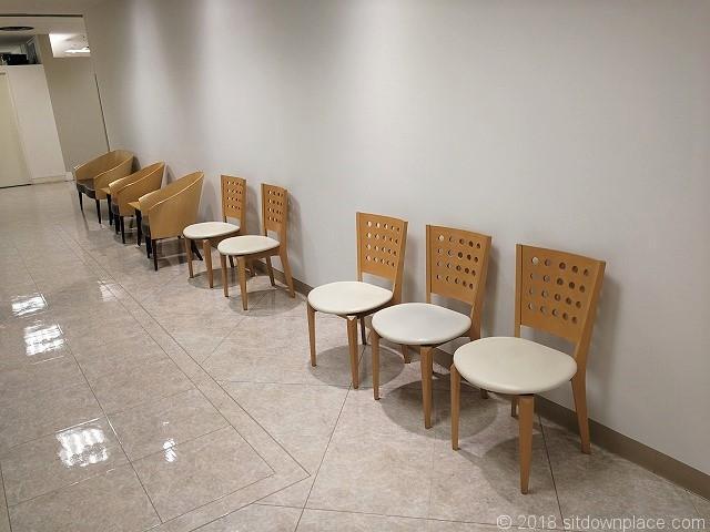 東急6F1号階段付近のテーブル席