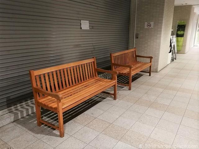 武蔵小金井駅アクウェルモール1Fの木製ベンチ
