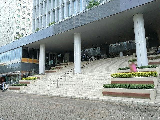 大崎センタービル階段ベンチ
