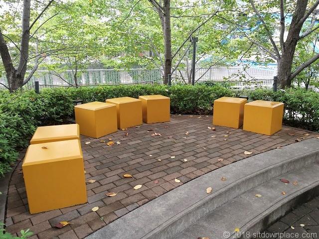 大崎センタービル前広場の1人掛けベンチ