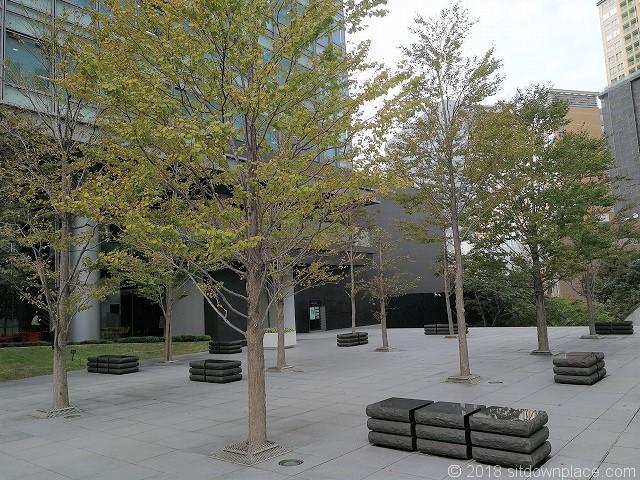 アートヴィレッジ大崎セントラルタワー2Fの屋外ベンチ