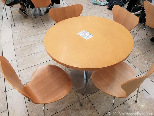ゲートシティ大崎アトリウムのテーブル席