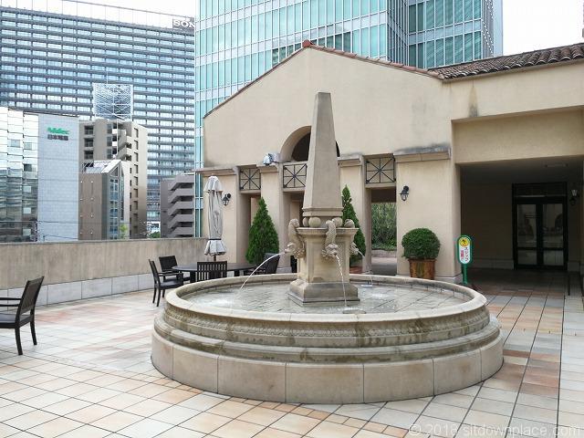 ゲートシティ大崎ガーデニングデッキ3Fの噴水オブジェ