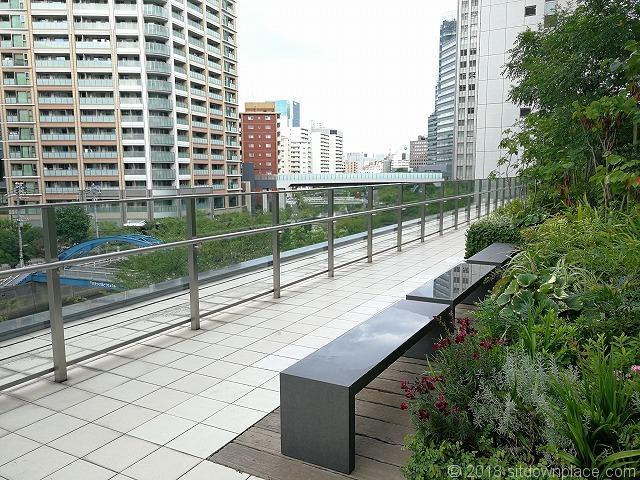 大崎センタービル2fデッキのベンチ