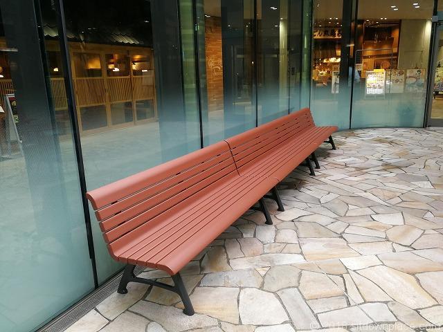 ThinkPark Plazaパティオのベンチ