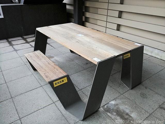 大崎西口公園のペデストリアンデッキ下のテーブル席