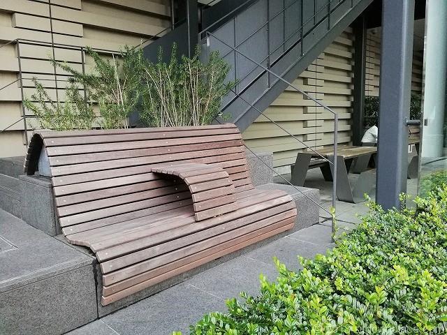 大崎西口公園のペデストリアンデッキ下の2人掛けベンチ
