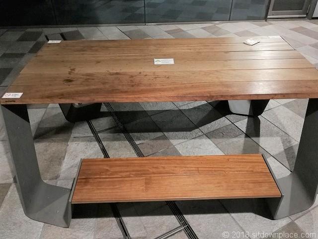 大崎ウィズシティ1Fの木製テーブル席