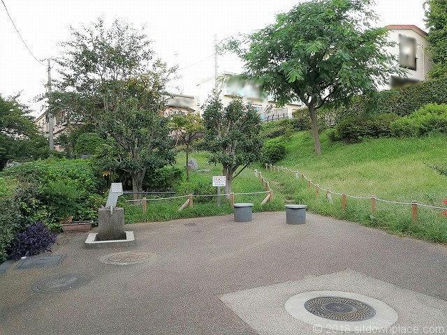 代沢草の丘広場の休憩所