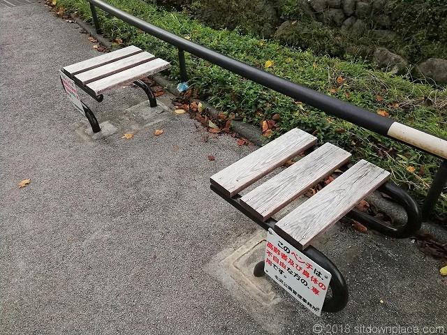 北沢川緑道橋の高齢者・身体の不自由な方専用のベンチ