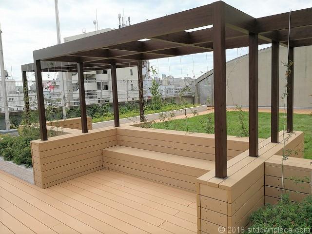 北沢タウンホール5F屋上庭園のベンチ