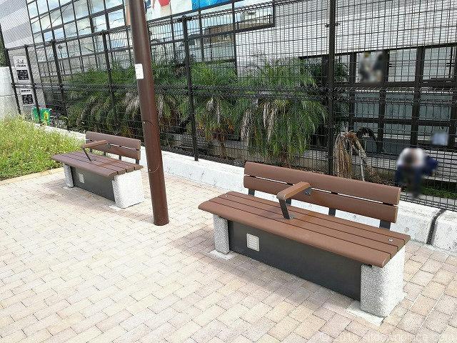 下北沢交番付近の遊歩道にあるベンチ