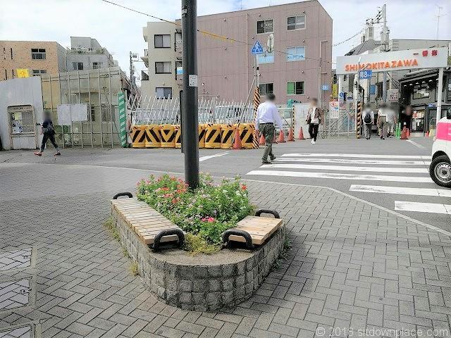 下北沢交番前のベンチ
