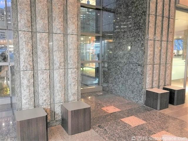 品川イーストワンタワー 2Fの休憩所の窓側のベンチ