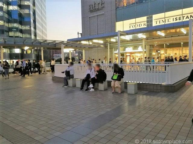 港南口駅前デッキのベンチ
