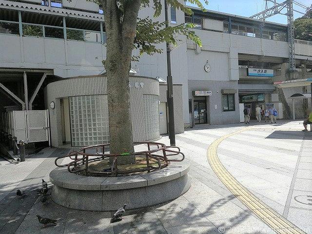 汐入駅前ロータリーの休憩所