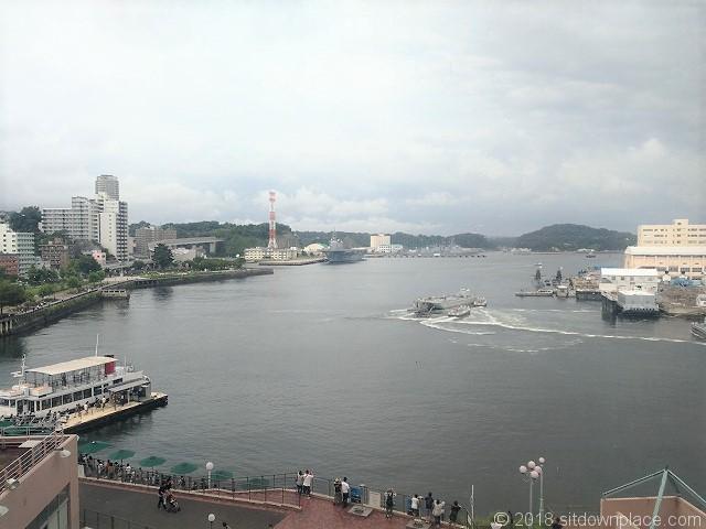 ショッパーズプラザ横須賀の休憩所から見える軍港の景観